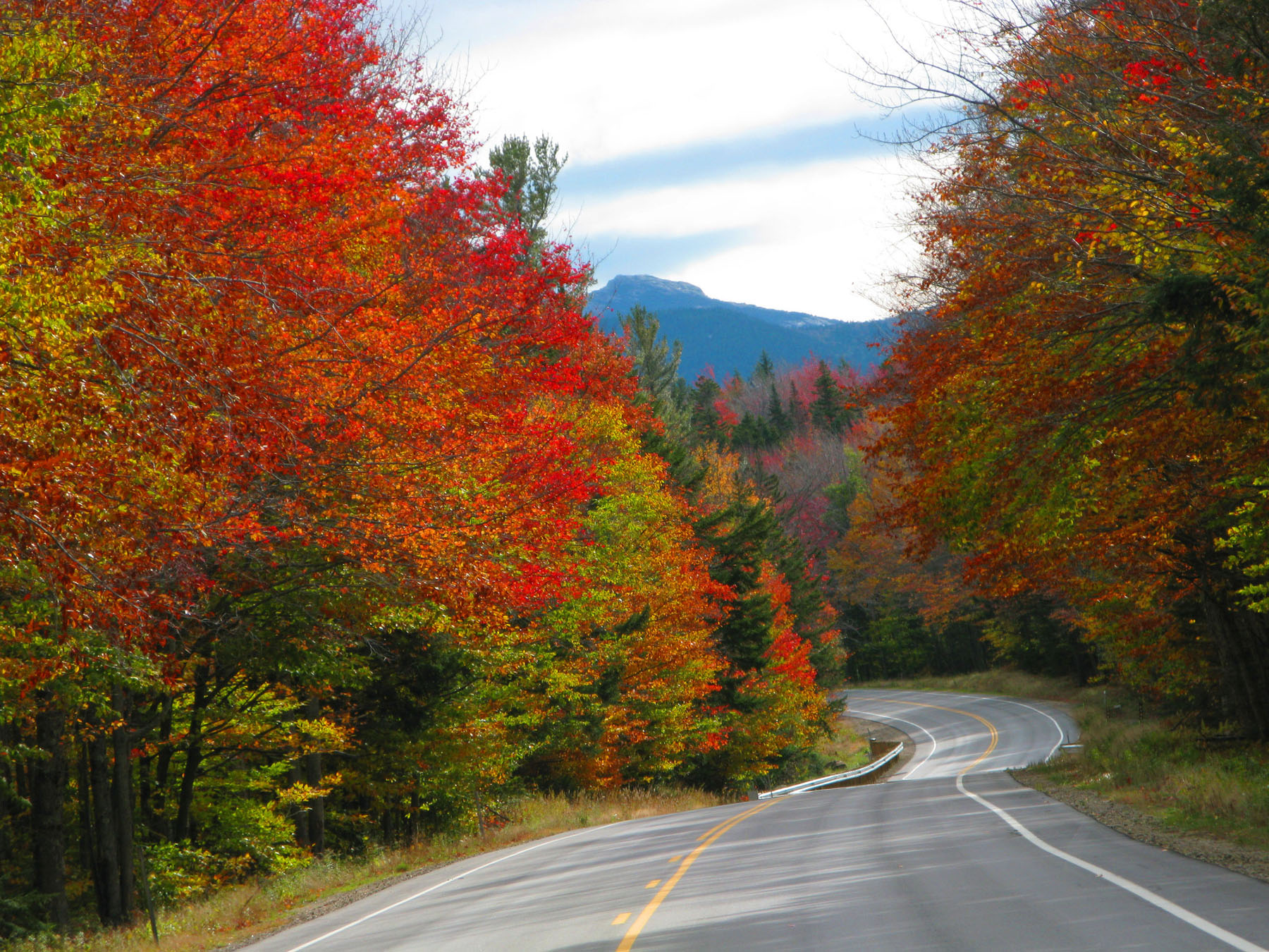 Fall colors make the Kancamagus Highway an incredible fall destination. Photo courtesy of Ellen Edersheim/White Mountains Attractions.